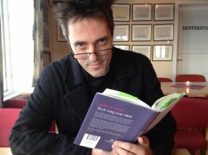 Min mann sluker bøker, men tar seg tid til å markedsføre boken min fordi han mener den fortjener å bli lest. #denfølelsen