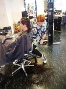 Tror til og med Anne syntes det var mye hår på gulvet...