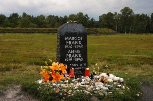 Bergen Belsen - Massegrav i bakgrunnen Foto: Wikipedia