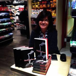 Geir satt mer enn gjerne og ventet på flyet til Spania i fire timer, slik at jeg fikk signert bøker på Haugesund lufthavn før take off.